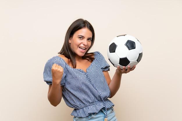 Ragazza che tiene un pallone da calcio