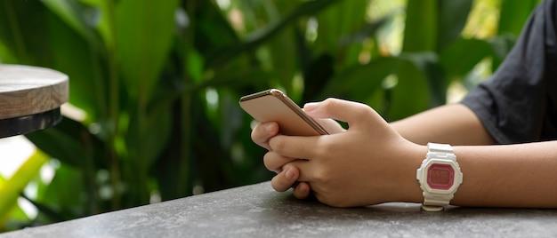 Ragazza che utilizza uno smartphone
