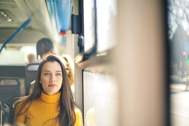 Ragazza che viaggia su un autobus