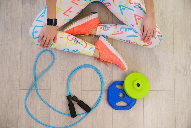 Ragazza con accessori fitness