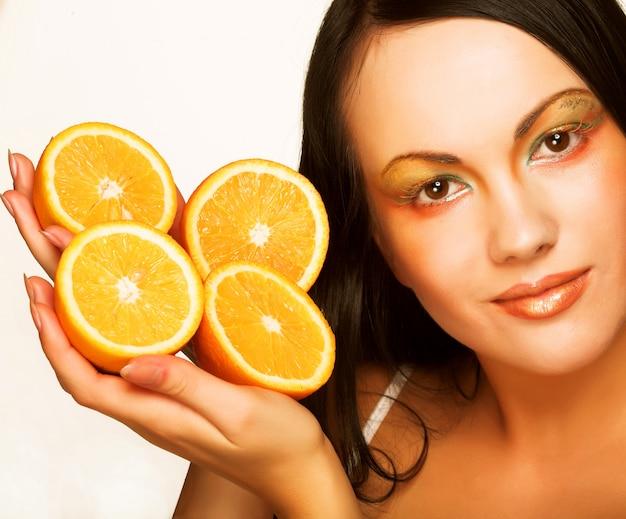 Ragazza con arancia succosa