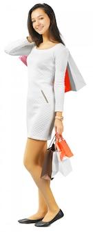 Ragazza con borse della spesa isolato su bianco