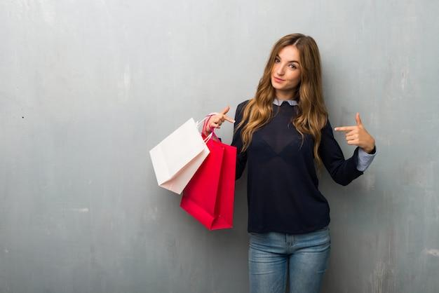 Ragazza con borse della spesa orgoglioso e soddisfatto di se stessi in amore te stesso concetto