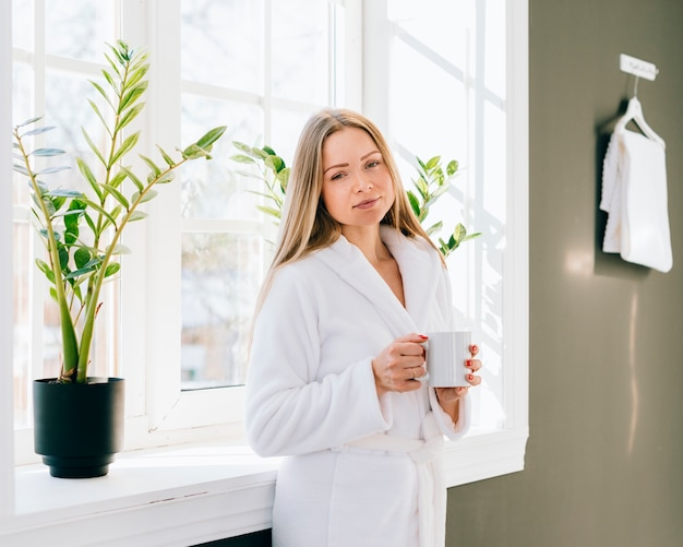 Ragazza con caffè in bagno