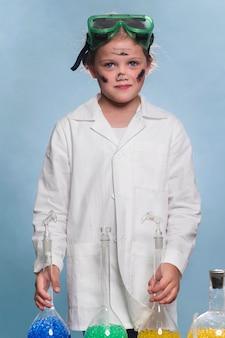 Ragazza con camice da laboratorio e occhiali