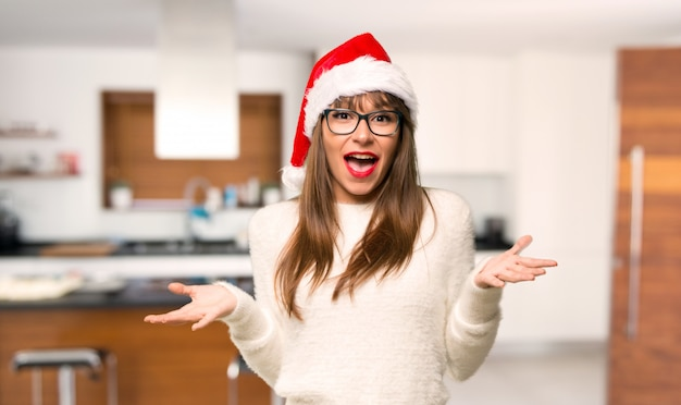 Ragazza con celebrando le vacanze di natale con espressione sorpresa