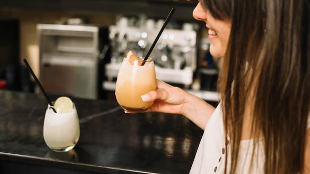 Ragazza con cocktail