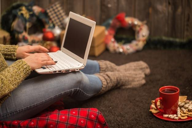 Ragazza con computer decorazioni natalizie