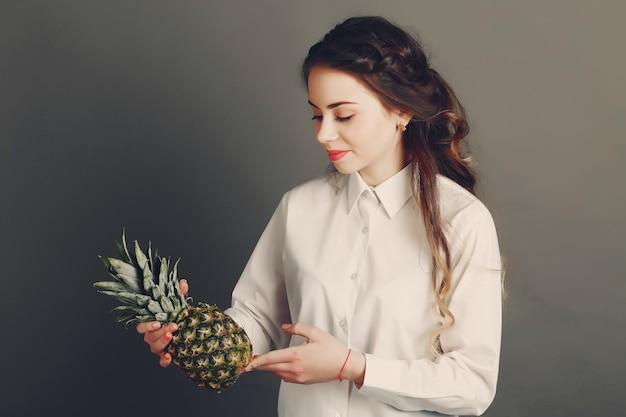 Ragazza con frutta