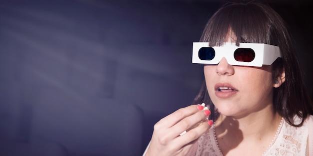 Ragazza con gli occhiali 3d nel cinema