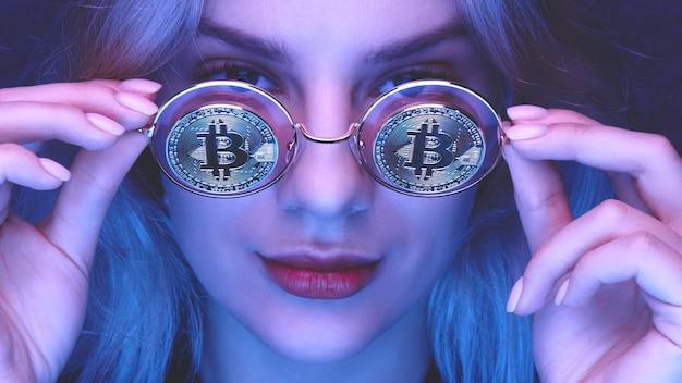 Ragazza con gli occhiali con bitcoin