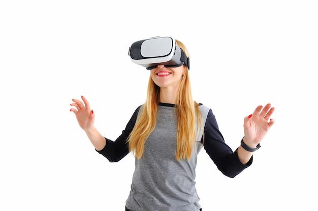 Ragazza con gli occhiali della realtà virtuale su bianco