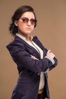 Ragazza con gli occhiali e un vestito blu