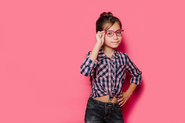 Ragazza con gli occhiali in posa