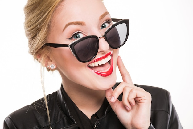 Ragazza con gli occhiali per il trucco