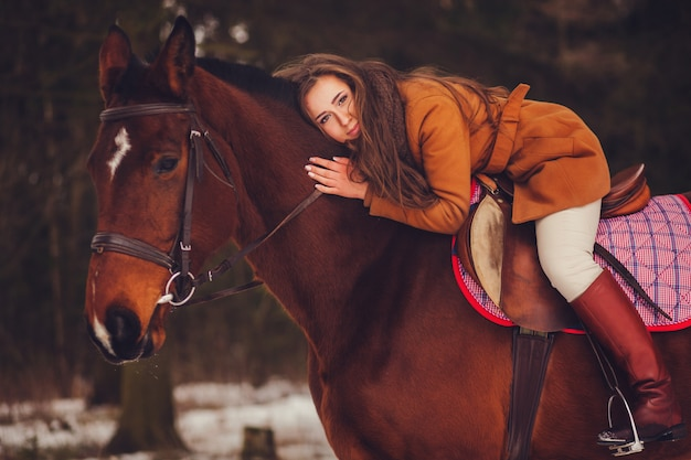 Ragazza con i capelli lunghi, seduto su un cavallo
