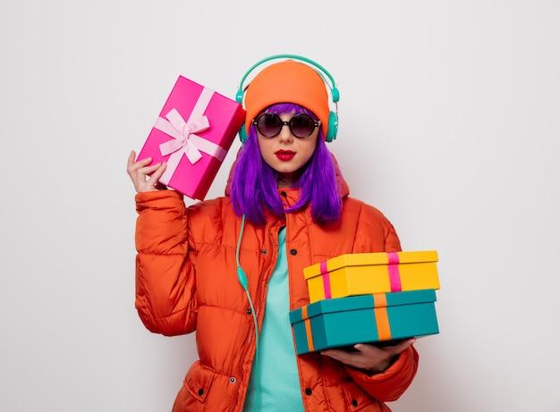 Ragazza con i capelli viola con cuffie e regali