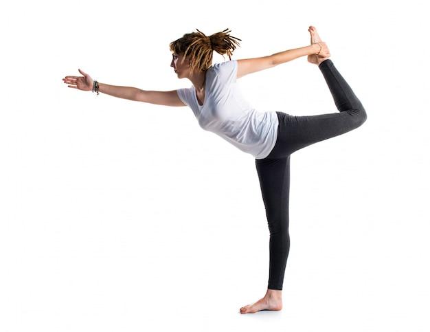 Ragazza con i dreadlocks che fa yoga