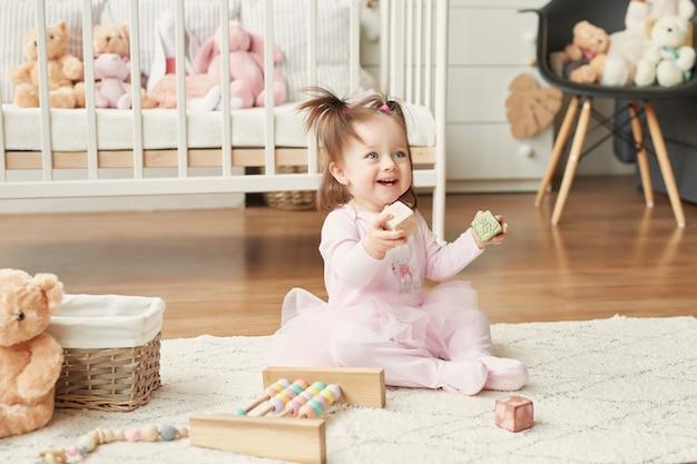 Ragazza con i giocattoli nella stanza dei bambini