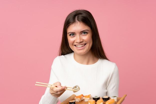 Ragazza con i sushi sopra isolato