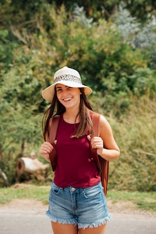 Ragazza con il cappello che sorride alla macchina fotografica