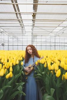 Ragazza con la chitarra in tulipani