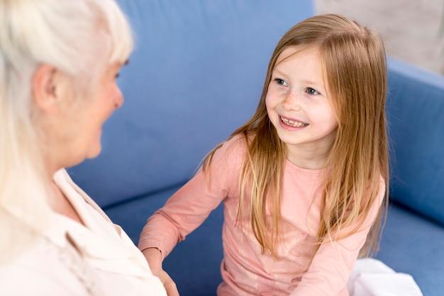 Ragazza con la nonna che gioca