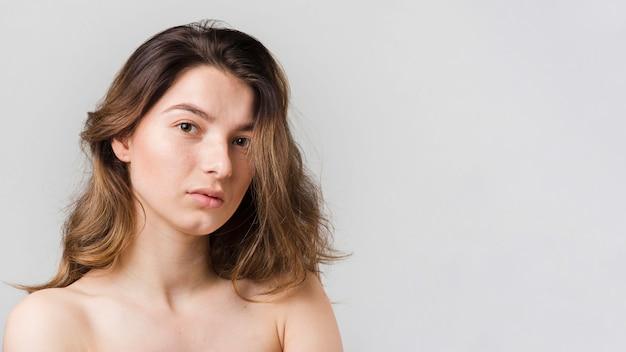 Ragazza con la pelle pulita in posa