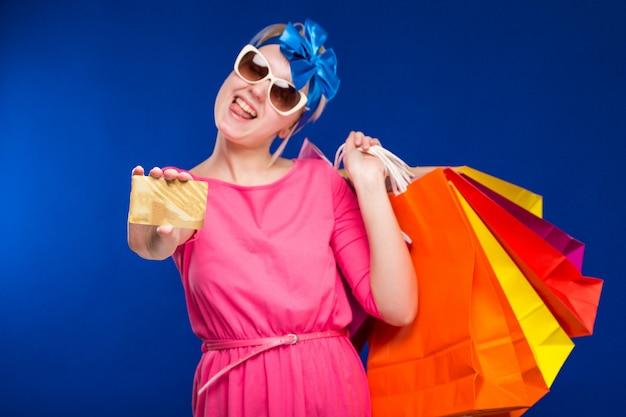 Ragazza con le borse e carta di credito nelle mani