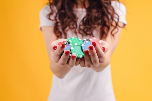 Ragazza con le mani piene di fiches da poker. concetto di casinò online