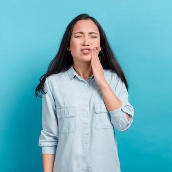 Ragazza con mal di denti