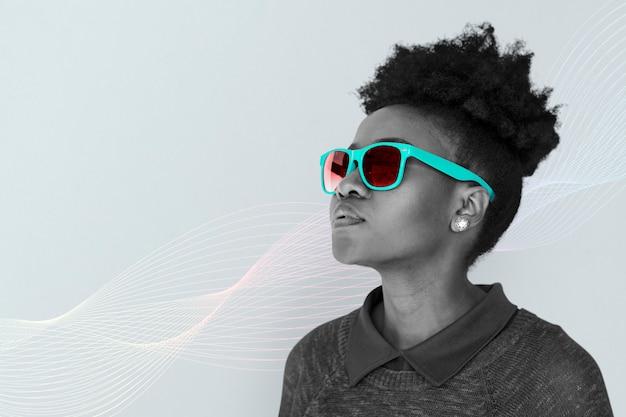 Ragazza con occhiali da sole al neon