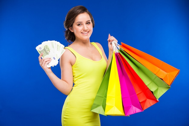 Ragazza con shopping e soldi