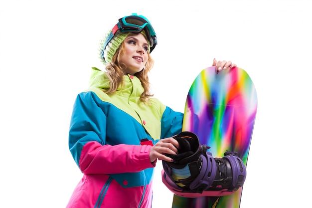 Ragazza con snowboard isolato