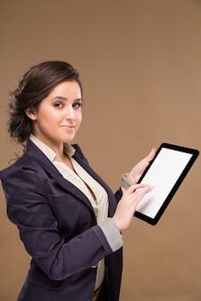 Ragazza con un tablet in mano
