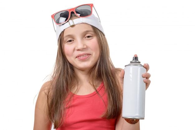 Ragazza con una bomboletta spray