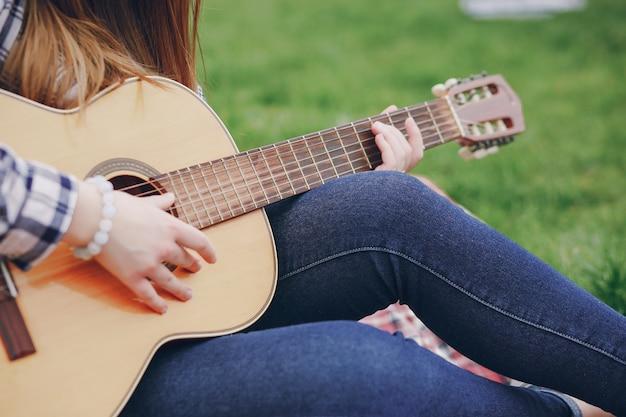 Ragazza con una chitarra