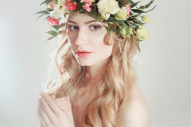 Ragazza con una corona di fiori sulla sua testa
