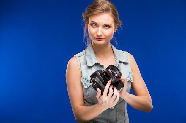 Ragazza con una macchina fotografica in mano