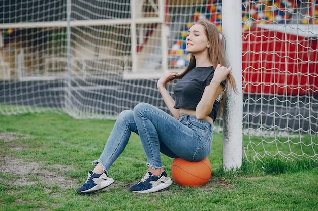Ragazza con una palla