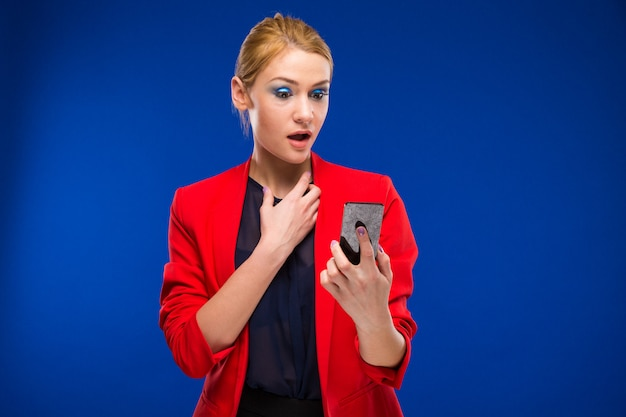 Ragazza con uno smartphone