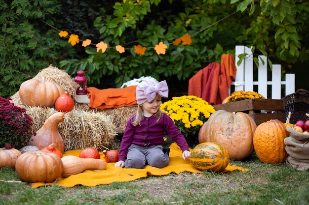 Ragazza con zucca in autunno sfondo
