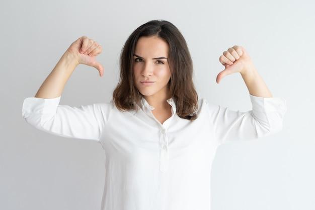 Ragazza contenta in camicia bianca fiera di se stessa.