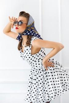 Ragazza copertina. ragazza in abito carino