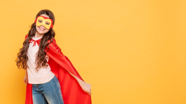 Ragazza copia-spazio che gioca il ruolo di supereroe