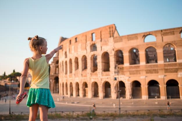 Ragazza davanti al colosseum a roma, italia