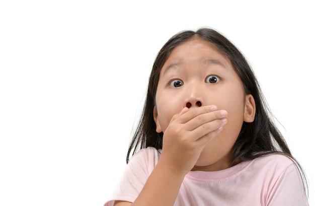 Ragazza del bambino che copre la sua bocca isolata