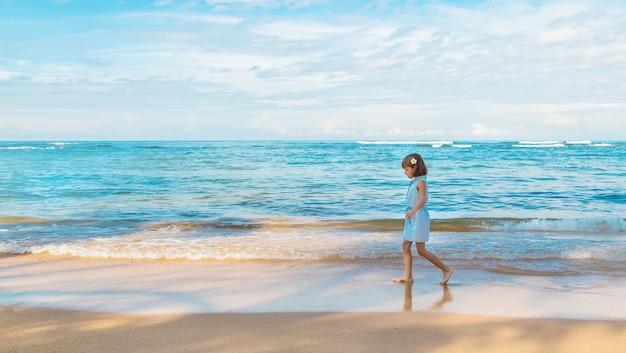 Ragazza del bambino sulla spiaggia nello sri lanka.