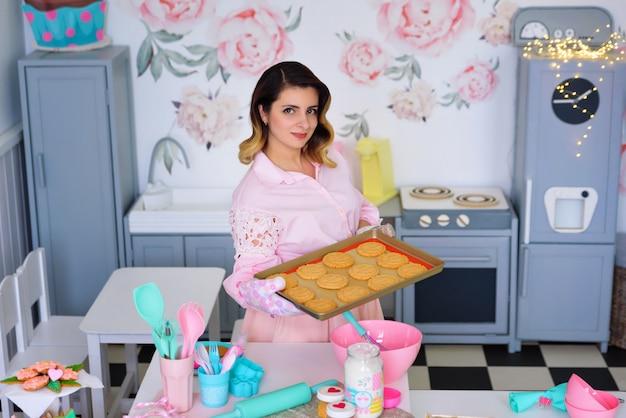 Ragazza del cuoco unico di pasticceria che prepara i biscotti fatti in casa in cucina