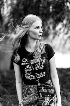 Ragazza del hippie con capelli lunghi in natura